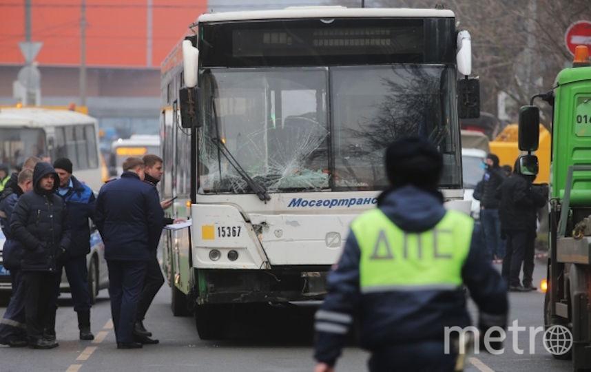Эвакуация пассажирского автобуса, въехавшего в остановку на Сходненской улице в Москве. Фото РИА Новости