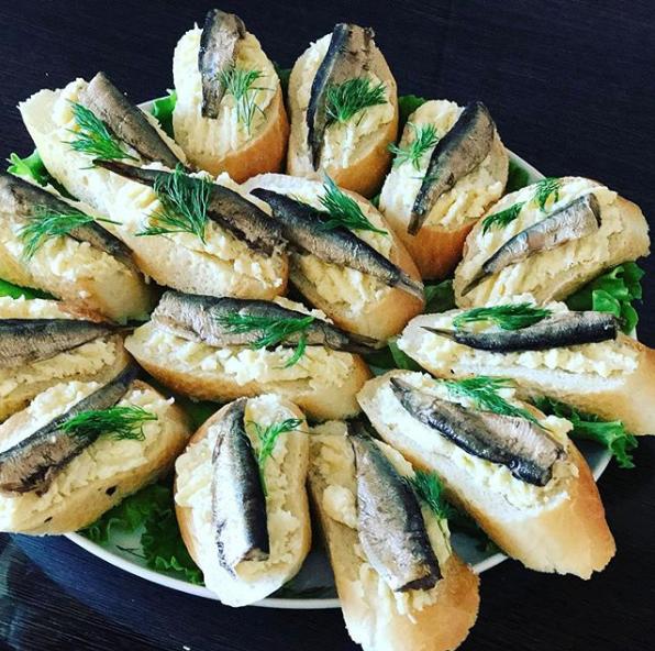 Бутерброды со шпротами. Фото Скриншот Instagram: abdrafigova_guzel