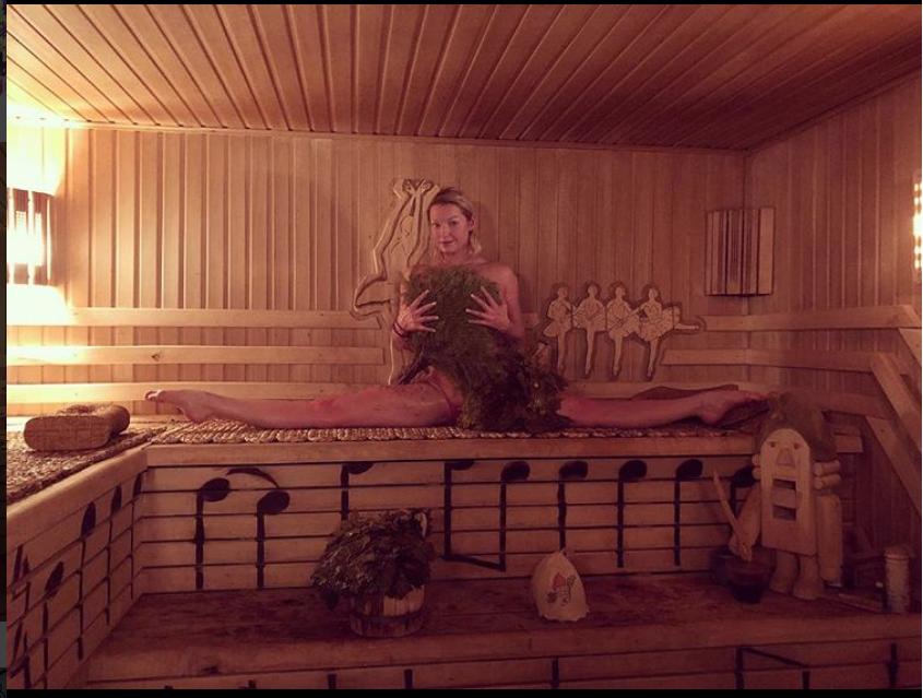...и сдеала шпагат в сауне. Фото instagram.com/volochkova_art