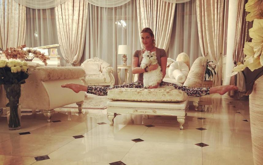 Волочкова позирует у себя дома. Фото instagram.com/volochkova_art
