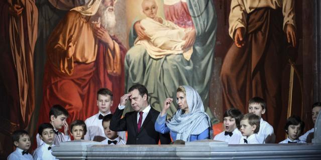 Премьер-министр России Дмитрий Медведев с супругой Светланой посетил ночное рождественское богослужение в храме Христа Спасителя в Москве.