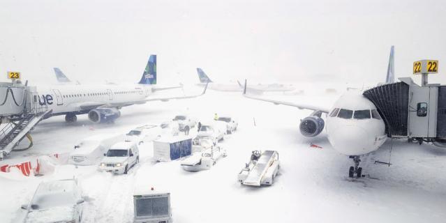 Международный аэропорт имени Джона Кеннеди приостановил работу 4 января, часть пассажиров наземным транспортом перенаправили в Вашингтон.