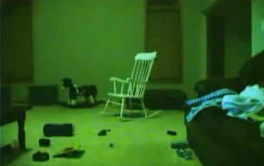 В петербургской парадной труп усадили на стул. Фото Скриншот Youtube