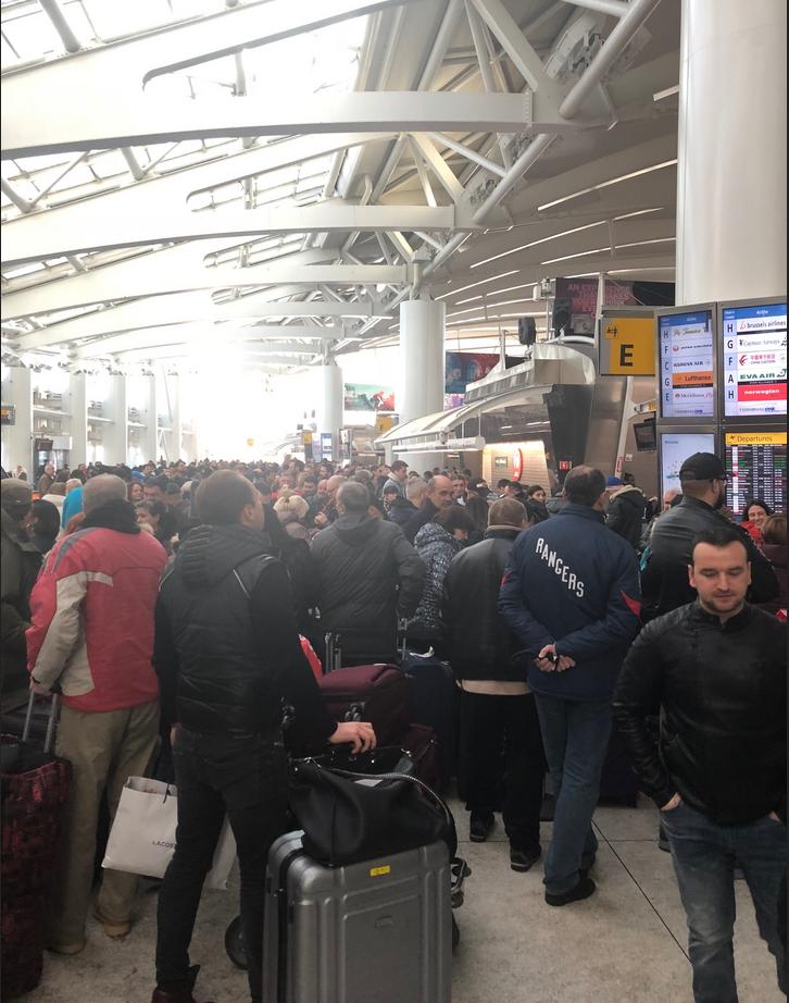 Люди спали на полу в аэропорту JFK. Фото Нина Глушенкова
