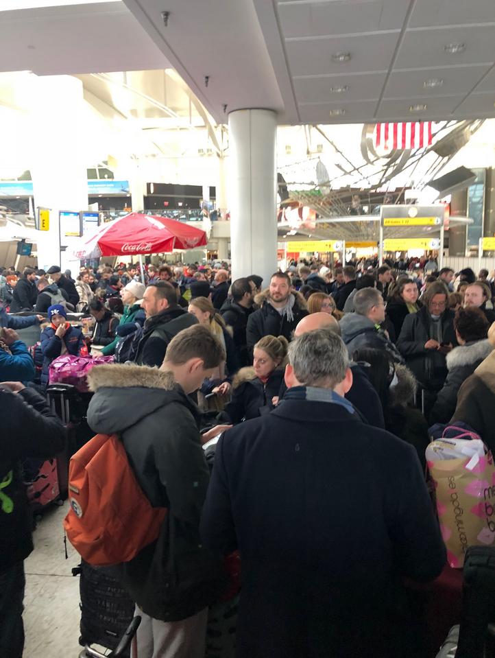 Утром 5 января в аэропорту JFK столпились пассажиры нескольких задержанных рейсов. Фото Нина Глушенкова