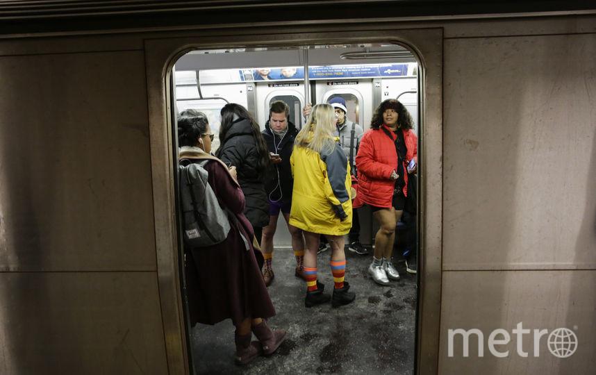"""Флешмоб """"В метро без штанов"""" в Нью-Йорке, США. Фото AFP"""