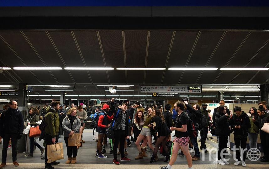 """Флешмоб """"В метро без штанов"""" в Великобритании. Фото AFP"""