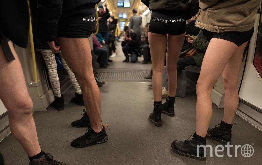 """Флешмоб """"В метро без штанов"""" в Германии. Фото AFP"""
