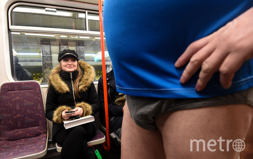 """Флешмоб """"В метро без штанов"""" в Чехии. Фото AFP"""