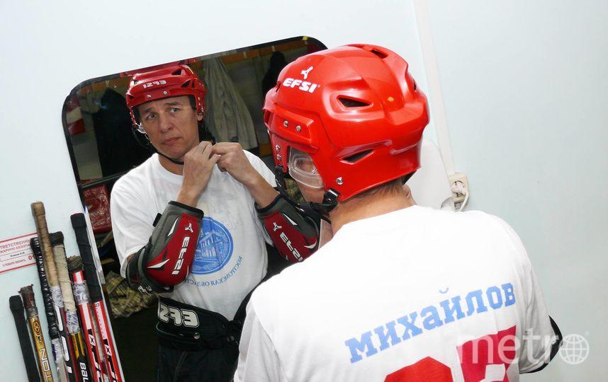 Судя по фото в социальных сетях, Михайлов, как и Путин, увлекается хоккеем. Фото facebook.com|michailov