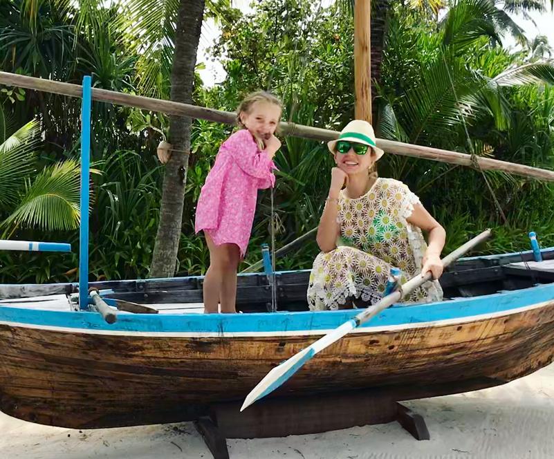 Татьяна Навка с дочерью на отдыхе.