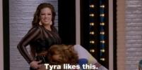 Тайра Бэнкс схватила Эшли Грэм за пышное бедро: Видео