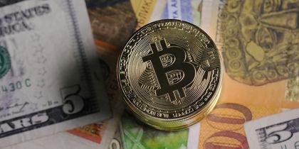 Монета, символизирующая цифровую криптовалюту биткоин. Фото Getty