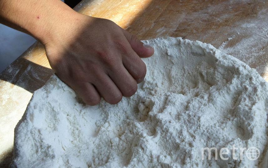 Пекарь готовит тесто для выпечки багета. Фото Getty