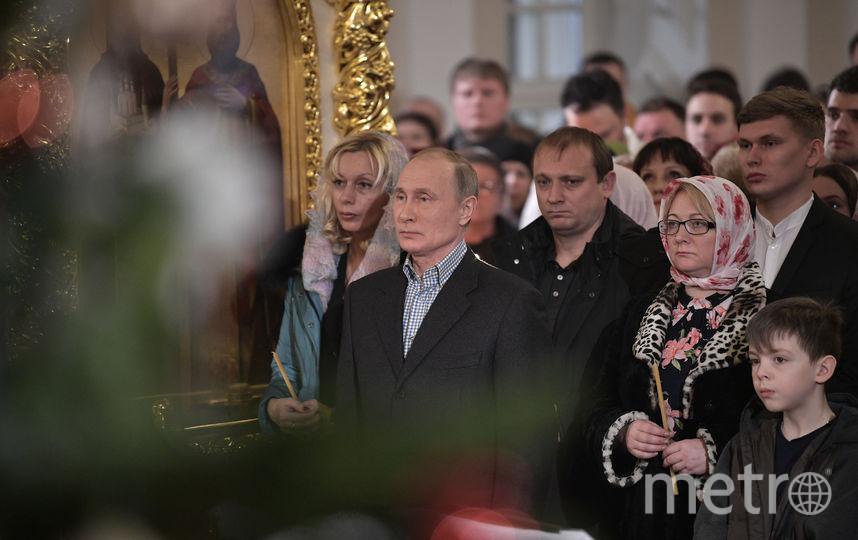 Владимир Путин на рождественской службе в Симеоновской церкви в Петербурге. Фото AFP