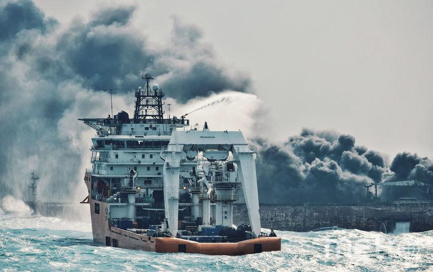 Китайское пожарное судно пытается справиться с огнем на танкере Sanchi. Фото AFP
