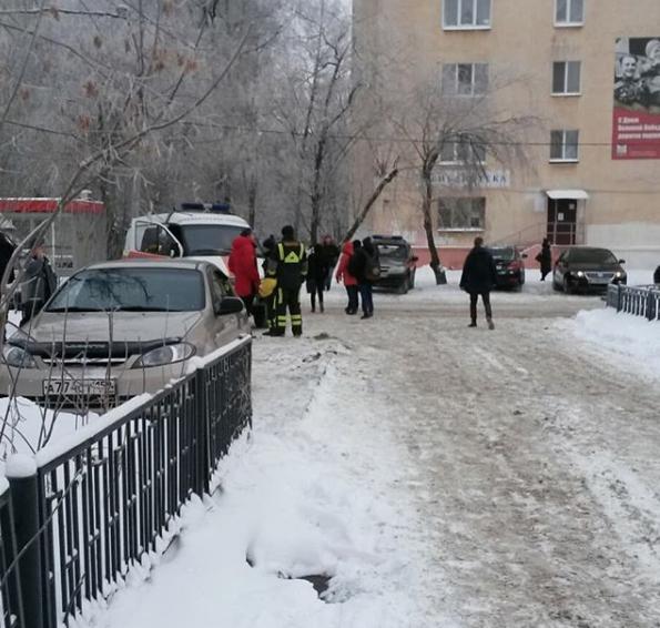 Спасатели и родители у пермской школы. Фото https://www.instagram.com/indira884/