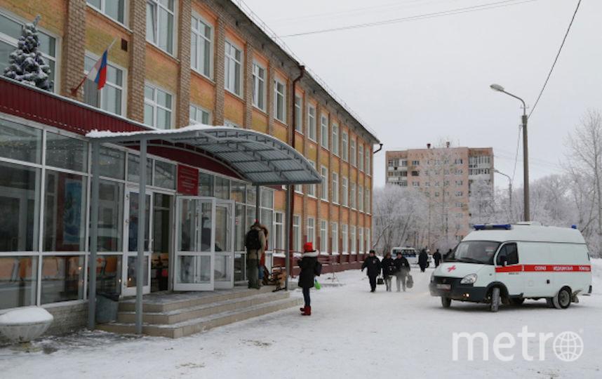Спасательные службы у школы в Перми, где произошла поножовщина. Фото РИА Новости
