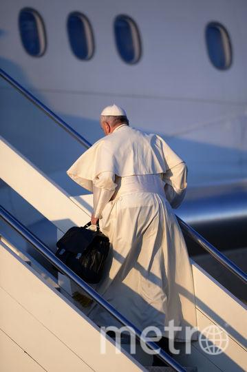 Папа римский Франциск садится на самолёт. Фото AFP