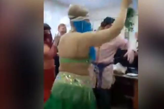 Врач из Красноярска уволилась после танца живота на корпоративе. Фото Все - скриншот YouTube