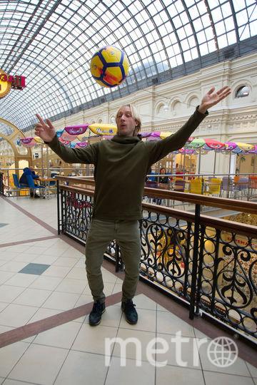 Плющенко показал, как чеканит мяч. Фото Василий Кузьмичёнок