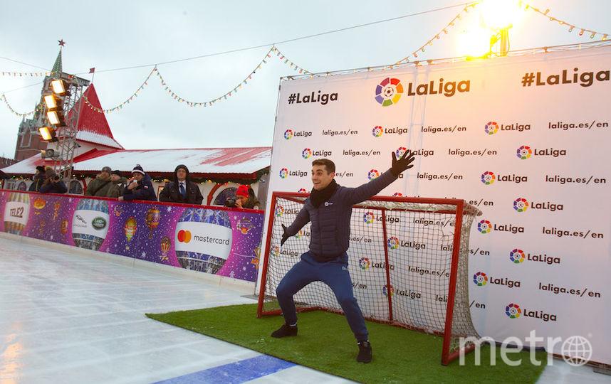 В матче на льду испанец выбрал позицию вратаря. Фото Василий Кузьмичёнок