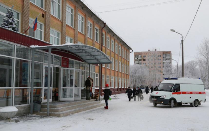 Ворота школы в Перми, где произошла поножовщина. Фото РИА Новости