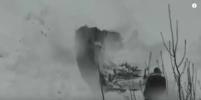 Видео, как мужчина откапывает авто из-под снега на Камчатке, обсуждают в Сети