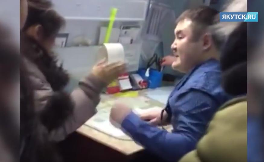 В Якутии врач дважды избил женщину: в клубе и на приёме. Фото Все - скриншот YouTube