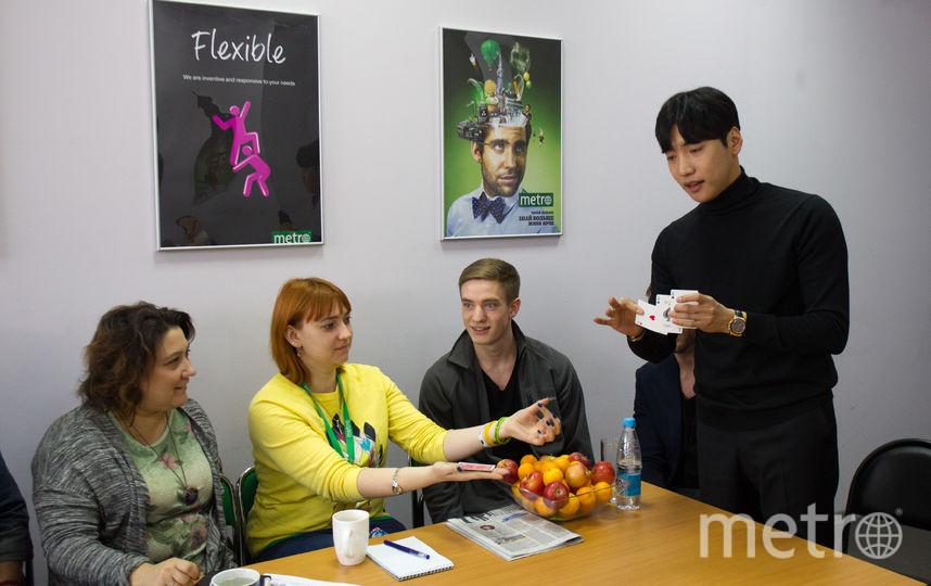 Ю Хо Джин демонстрирует всем нам карты, которые собирается вложить в руки своей ассистентки Ксении. Никакого подвоха мы не заметили. Фото Василий Кузьмичёнок