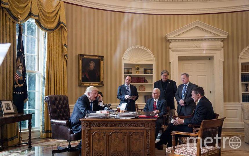 Президент Дональд Трамп разговаривает по телефону с президентом России Владимиром Путиным в Овальном кабинете Белого дома 28 января 2017 года в Вашингтоне. Фото Getty