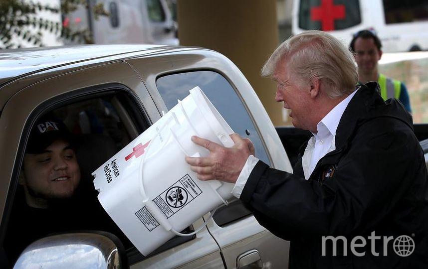 Дональд Трамп в Техасе после урагана Харви - вручает помощь местным жителям. Фото Getty