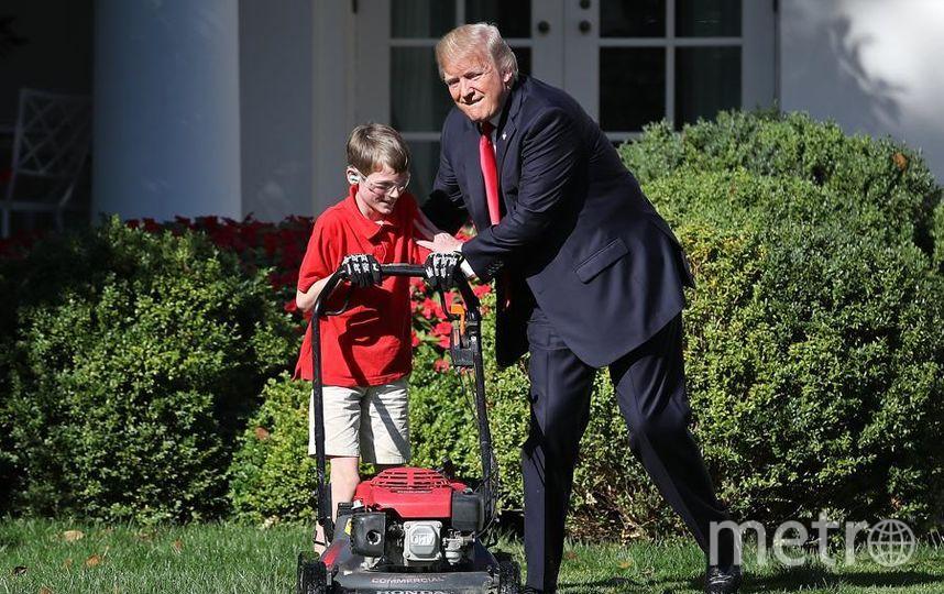 Дональд Трамп и 11-летний Фрэнк Гьяччио из Вирджинии, который написал письмо восхищения президенту и предложил косить траву на лужайке у Белого дома. Фото Getty