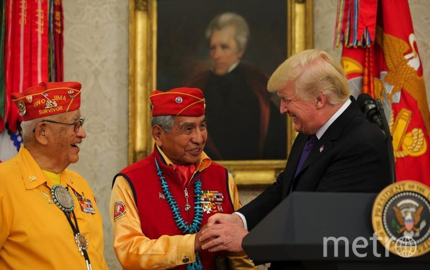 Дональд Трамп приветствует коренных американцев в Белом Доме. Фото Getty
