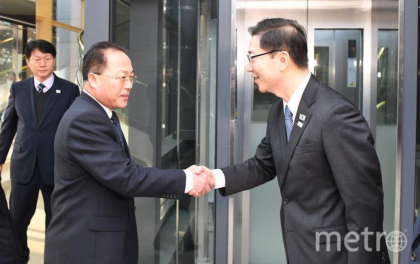 Представитель южнокорейской делегации приветствует главного делегата Северной Кореи. Фото AFP