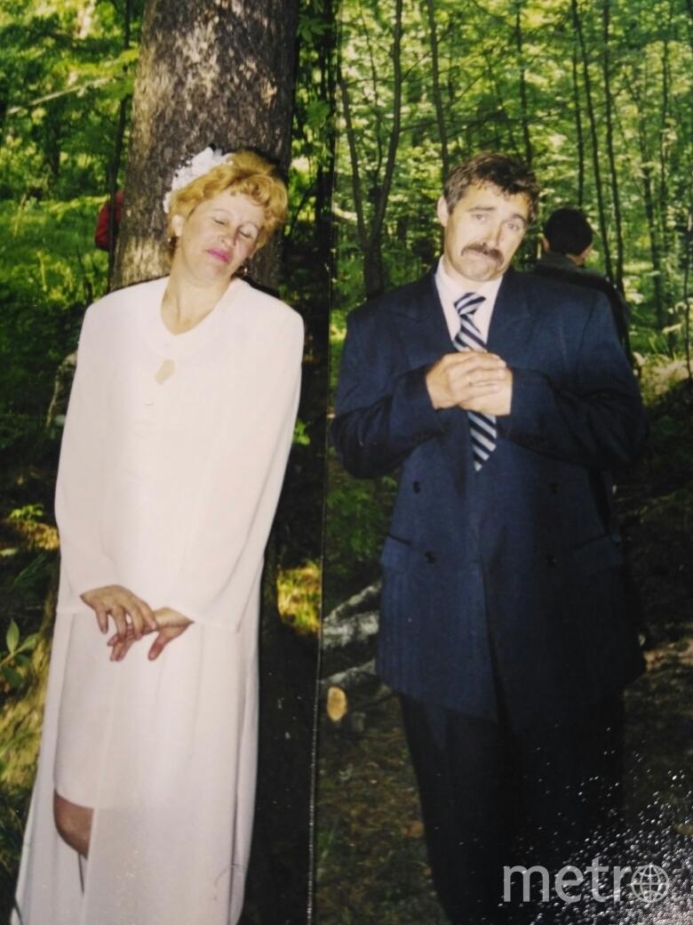 Это было почти 18 лет назад. Наша cвадьба для родственников была обычной дома. А не второй день мы собрали друзей в лесу. Такие условия для нас, туристов-водников, привычные: неприхотливая обстановка, еда на костре, веселье. Нас заставили одеть белое платье и костюм, и в таком виде мы вышли к гостям из чащи леса. А потом были шампанское, шашлыки, поздравления друзей. А дети устроили нам целое ци́рковое представление. Фото Орлова Мария