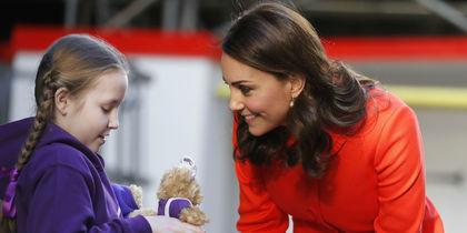 Девочка подарила двух медвежат Кейт Миддлтон
