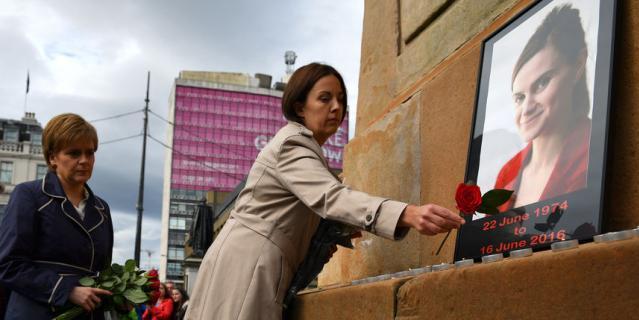 41-летняя Кокс, выпускница Кембриджского университета и мать двух малолетних детей, была избрана в парламент в 2015 году в ходе всеобщих выборов и представляла в Палате общин партию лейбористов.