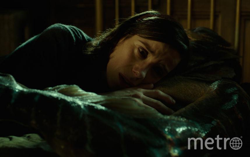 Гильермо дель Торо писал роль Элайзы специально под Салли Хокинс, хотя не был с ней даже знаком на тот момент. По словам режиссёра, она обладает неземной красотой, но не такой, как в рекламе духов. Фото «Двадцатый Век Фокс СНГ»