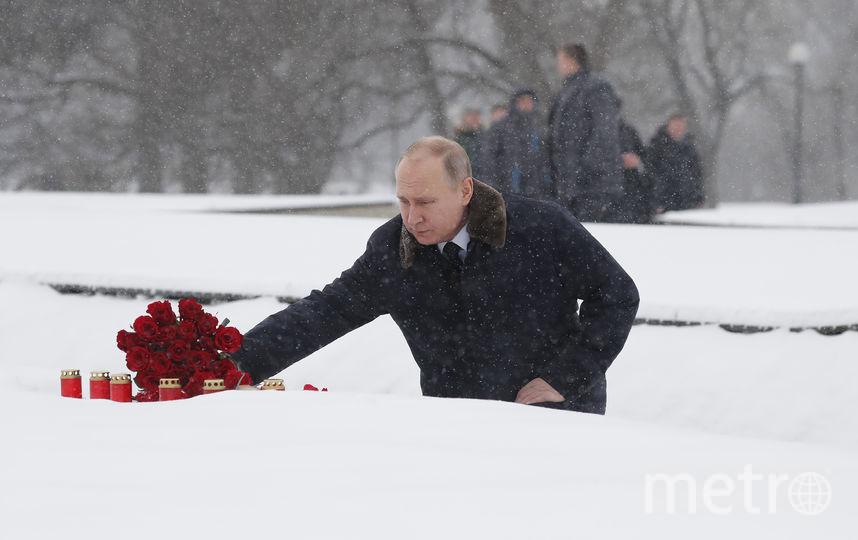 """По пути к мемориалу """"Родина-мать"""" Путин возложил цветы у братской могилы, где похоронен его брат Виктор, скончавшийся в блокаду. Фото AFP"""