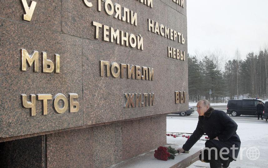 Путин возлагает цветы цветы на Пискаревском мемориальном кладбище к монументу Родина-мать. Фото AFP