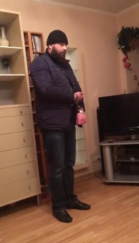 У мужчины оказался с собой нож, поэтому на него надели наручники. Фото Скриншот Metro