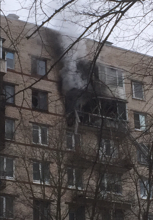 Пожар произошел в доме №64 по пр.Космонавтов. Фото vk.com