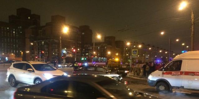 Иномарка влетела в бок скорой помощи на юге Петербурга. Фото