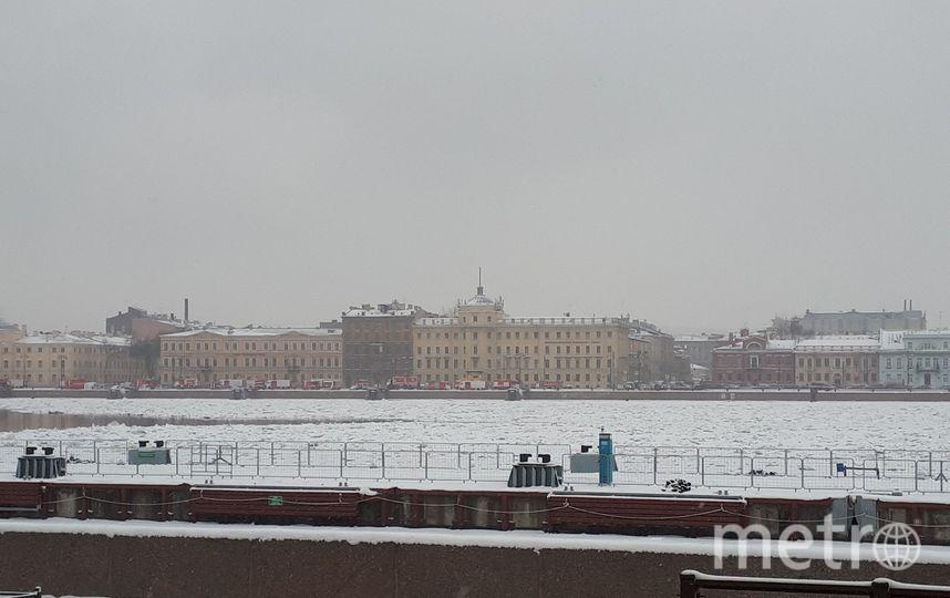 Около здания Военно-морской академииднем продолжали дежурить службы. Фото vk.com/spb_today