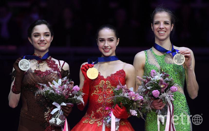Загитова, которая обошла Медведеву больше чем на 5 баллов, призналась, что не ожидала своей победы. Компанию россиянкам на пьедестале почёта составила итальянка Каролина Костнер, которая старше 15-летней победительницы в два раза. Фото AFP