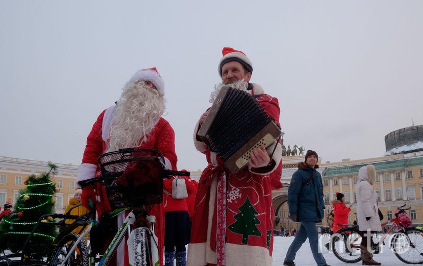 Деды Морозы проинспектировали велодорожки Петербурга. Фото Алёна Бобрович.