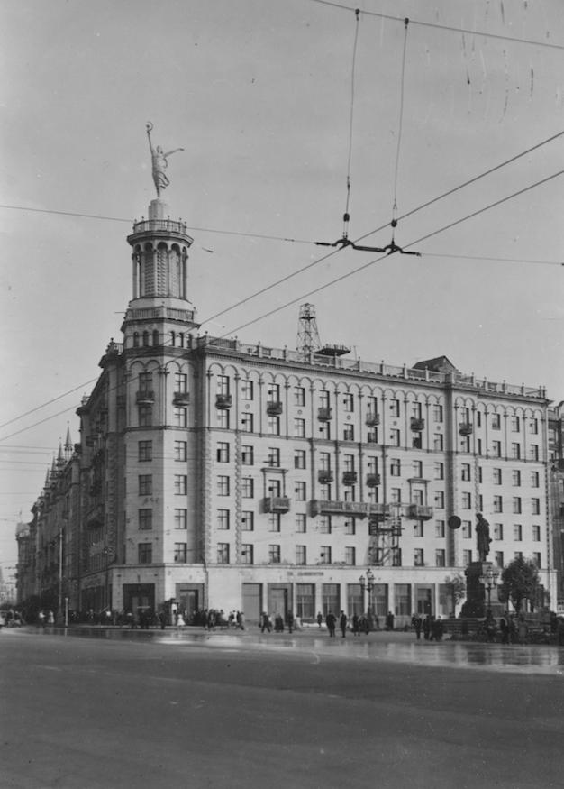 Архивная фотография дома №17 с балериной на ротонде. Фото предоставлено фондом Государственного музея  архитектуры имени Щусева