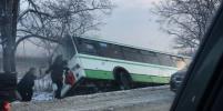 Пассажирский автобус упал в кювет на Московском шоссе в Петербурге