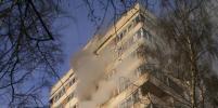 Серьезный пожар тушили в квартире на Луначарского в Петербурге. Фото